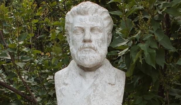 Statuia lui Ion Creangă amplasată în Humuleşti