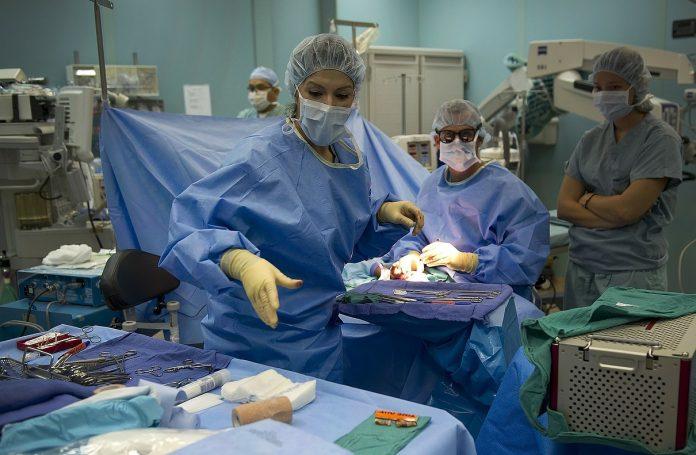 doctori in sala de operatie
